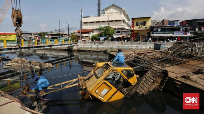Crane Ambruk di Kali Sentiong Bagian Proyek Dinas SDA