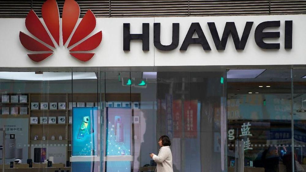 <p>Warga melintas di depan logo Huawei di sebuah pusat perbelanjaan di Shanghai, China, Kamis (6/12/2018). Kerugian saham teknologi menyeret indeks acuan saham di China dan Hong Kong setelah CFO Global Huawei Meng Wanzhou ditangkap. Reuters/Aly Song</p>