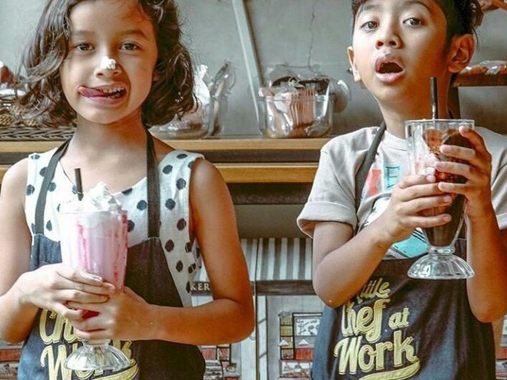 Keluarga The Sasono memang sangat kompak. Lihat saja nih adik kakak sama-sama asyik menikmati minuman bertopping es krim. Foto: Instagram@thesasonofam