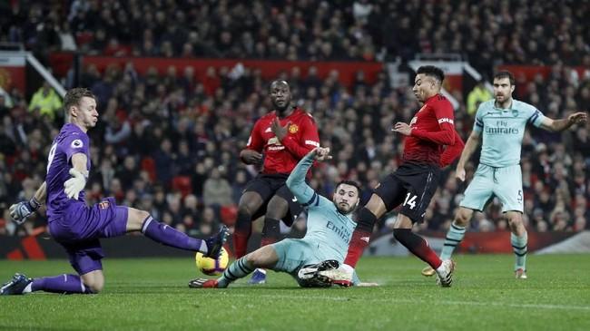Namun euforia Arsenal tidak berlangsung lama setelah satu menit berselang Jesse Lingard menyamakan kedudukan. Rapuhnya lini belakang Arsenal dimanfaatkan oleh Lingard yang dengan cepat mencuri bola dan menaklukkan Leno. (REUTERS/Darren Staples)