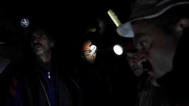 Para penambang bekerja di tambang batu bara Mindeli milik perusahaan Saknakhsiri di Tkibuli, Georgia. (REUTERS/David Mdzinarishvili)