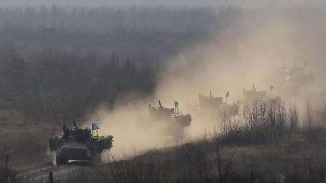Angkatan Bersenjata Ukraina kembali latihan perang untuk menghadapi Rusia, akibat pertikaian terbaru di Selat Kirch, Laut Azov. (REUTERS/Gleb Garanich)