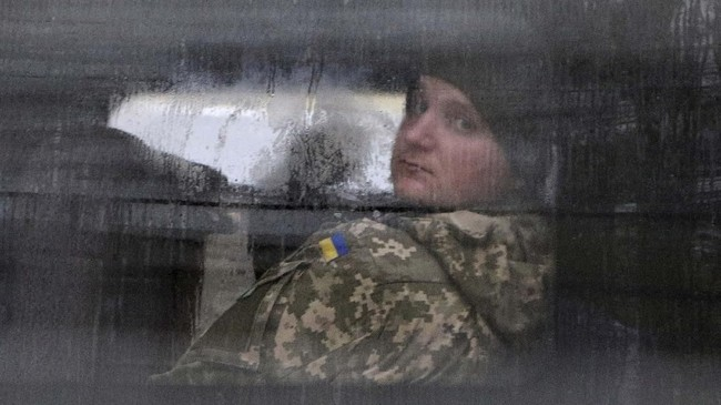 PBB sudah meminta kedua belah pihak melakukan perundingan. Namun, situasi tetap tegang dan perang bisa meletup kapan saja. (Mykola Lazarenko/Ukrainian Presidential Press Service/Handout via REUTERS)