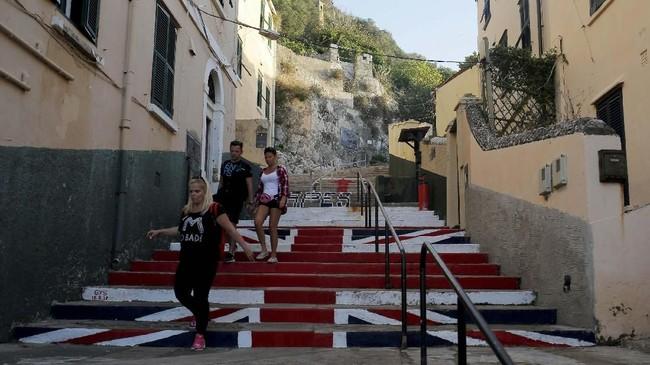 Gibraltar juga hanya memiliki jalanan sepanjang 29 kilometer, sehingga tak banyak yang menggunakan kendaraan bermotor di sini. Jalanan tersibuk di sini,Winston Churchill Avenue, bahkan harus ditutup saat ada pesawat yang akan lepas landas atau mendarat.(REUTERS/Jon Nazca)