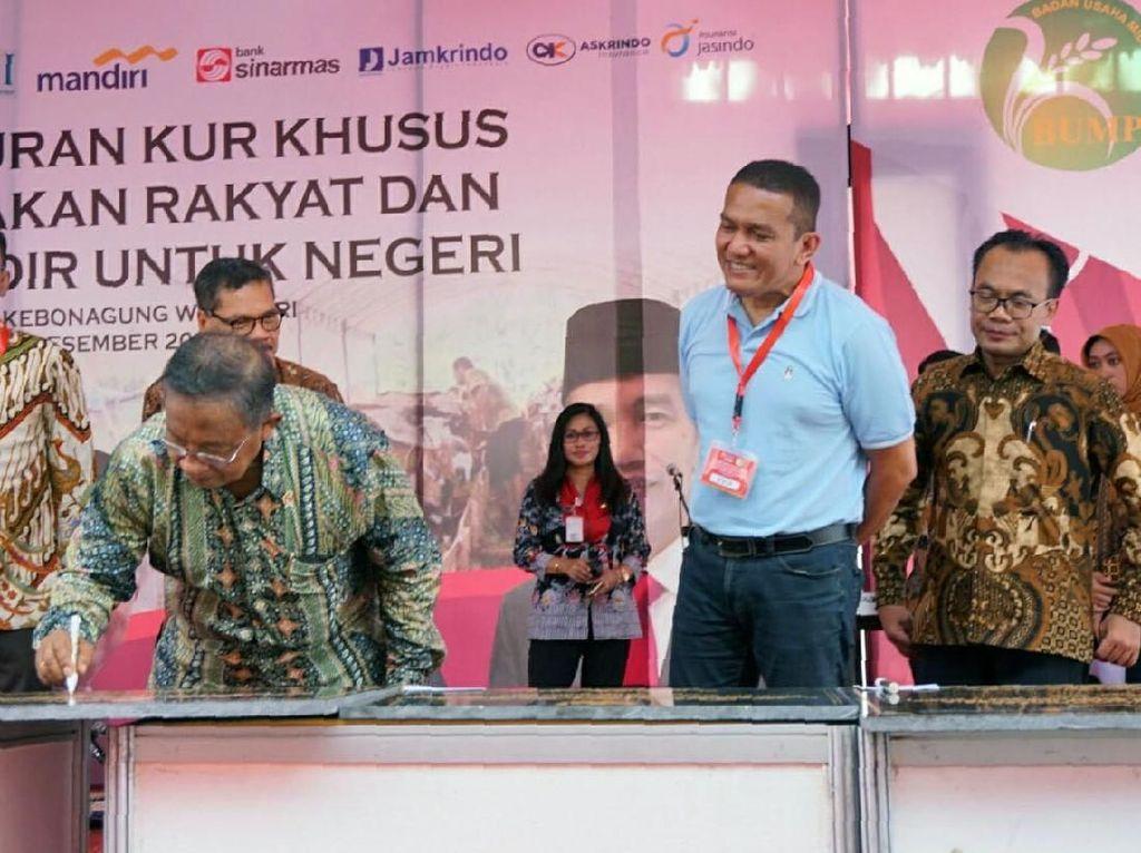 Menteri Koordinator Bidang Perekonomian, Darmin Nasution (tengah) menandatangani prasasti kandang komunal mitra binaan Askrindo didampingi Direktur Operasional Ritel Askrindo Anton (kedua kanan). Pool/Askrindo.