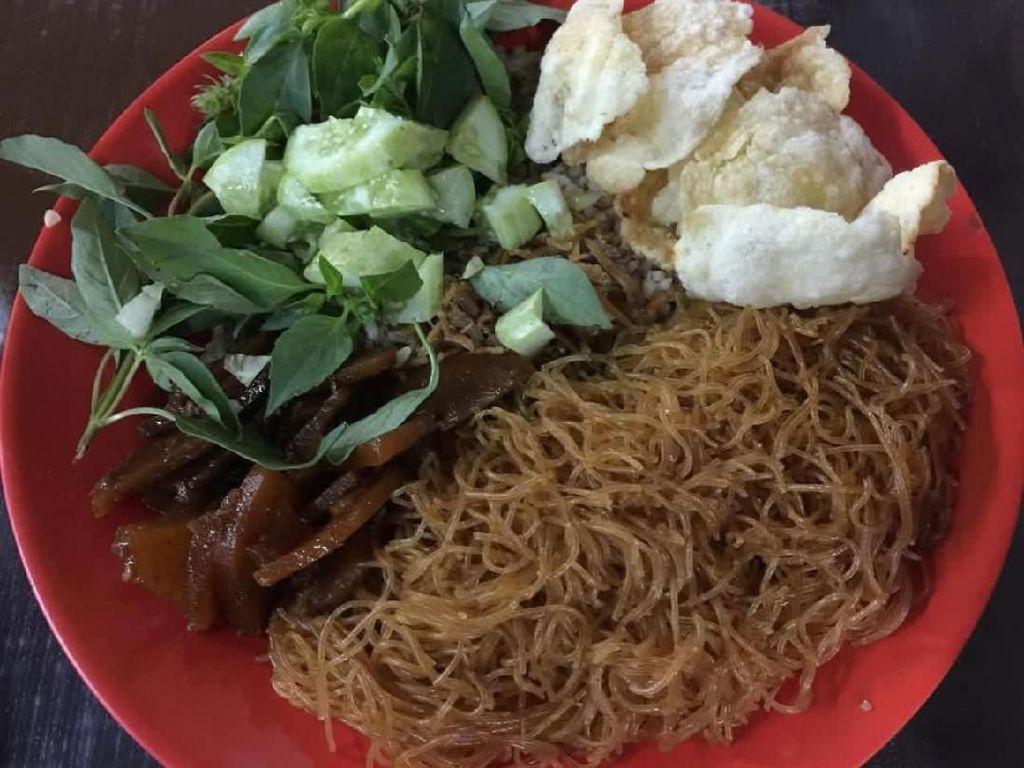 Bihun atau suun goreng, dendeng dan lalap mentimun serta kemangi jadi paduan lauk enak nasi ulam Betawi. Foto : Instagram @wu_foodphotography
