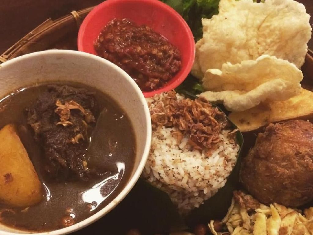 Semur daging, kentang, tahu hingga jengkol dengan kuah berlimpah jadi lauk wajib nasi ulam Betawi. Foto : Instagram @malvinofajaro