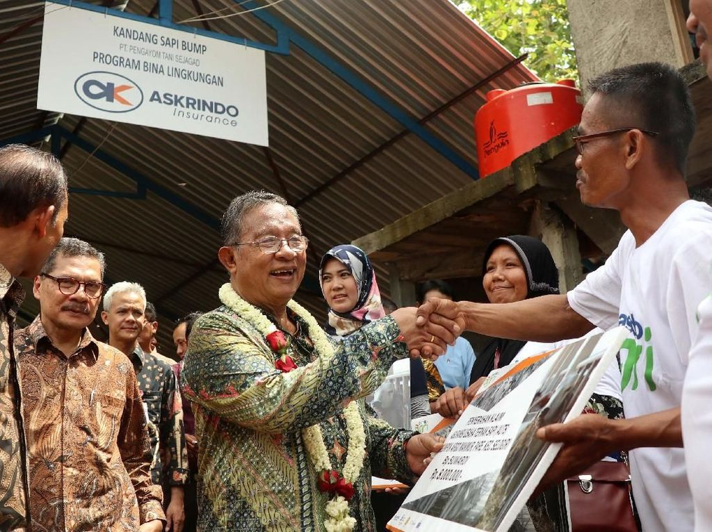 Darmin Nasution Serahkan Kandang Komunal ke Petani