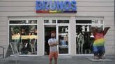 Haidar juga menambah penghasilan dengan bekerja di butik erotis khusus gay di Jerman, Brunos. (REUTERS/Alessia Cocca).