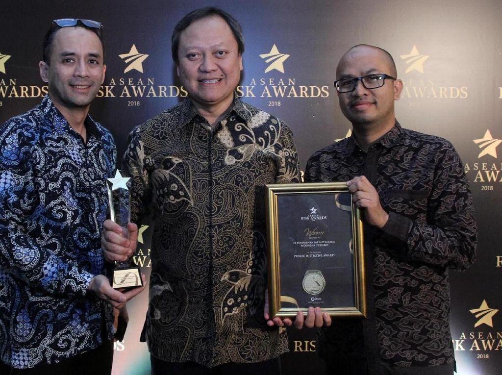 PT Penjaminan Infrastruktur Indonesia (Persero) meraih penghargaan Public Initiative dalam ajang Asean Risk Awards 2018. Pool/dok. PII.