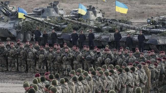 Rusia dikabarkan mengerahkan pasukan mereka ke wilayah perbatasan Ukraina, lengkap dengan kendaraan lapis baja dan rudal. (REUTERS/Gleb Garanich)