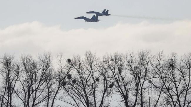 Presiden Ukraina Petro Poroshenko menyatakan jumlah pasukan Rusia di perbatasan meningkat tiga kali lipat. (REUTERS/Gleb Garanich)