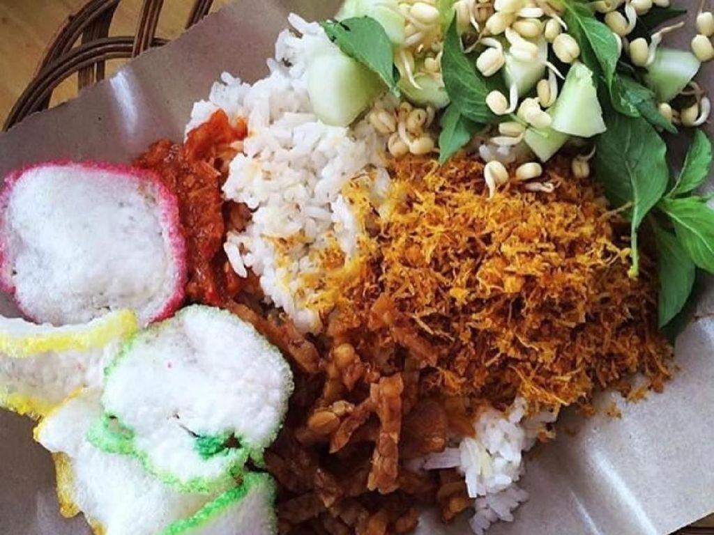 Ada banyak penjual nasi ulam Betawi di pelosok Jakarta, harganya tergantung pilihan lauknya. Yang ini nasi putih belum diaduk dengan bumbunya. Foto : Instagram @dapurdhirasa