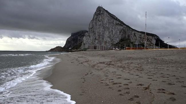 Pantai La Atunara di selatan Spanyol, juga memiliki pemandangan langsung ke Gibraltar. (REUTERS/Jon Nazca)