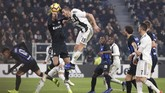 Bek Juventus, Leonardo Bonucci berduel dengan kiper Inter Milan, Samir Handanovic. (REUTERS/Stefano Rellandini)