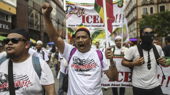 Aksi unjuk rasa 812 di Ibu Kota Kuala Lumpur menolak meratifikasi Konvensi Dunia Untuk Penghapusan Segala Bentuk Diskriminasi Ras (ICERD) Perserikatan Bangsa-Bangsa (PBB). (Photo by Mohd RASFAN / AFP)