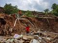Tiga Mobil Terseret Longsor di Sitinjau Lauik Padang