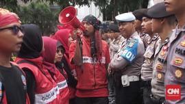 Berkalung Senapan Gas Air Mata, Polisi Menari Bareng Buruh