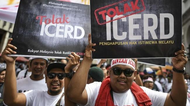 Demonstran meneriakkan yel-yel 'Tolak ICERD', 'Hancur ICERD' sebagai bentuk penolakan terhadap konvensi PBB. Sebagian membawa spanduk bertuliskan 'Panjang Umur Kaum Melayu.' (Photo by Mohd RASFAN / AFP)