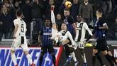 Cristiano Ronaldo mencoba melepaskan tendangan salto ke gawang Inter Milan. Ronaldo mendapat penjagaan ketat di laga ini. (REUTERS/Stefano Rellandini)