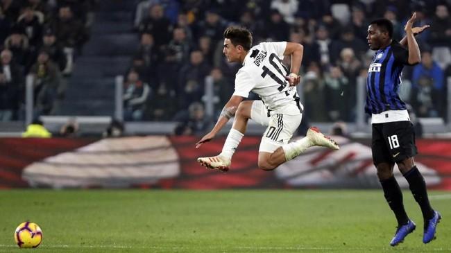 Juventus dan Inter Milan terus bertukar serangan di babak kedua. Paulo Dybala mencoba melewati adangan Kwado Asamoah. (REUTERS/Stefano Rellandini)