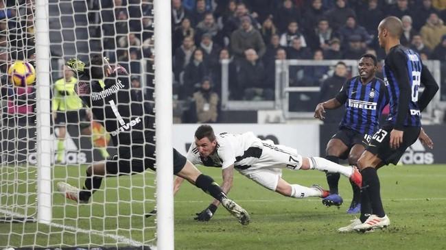 Mario Mandzukic akhirnya mencetak gol di menit ke-66. Mandzukic melepaskan sundulan setelah memanfaatkan umpan silang Joao Cancelo. (REUTERS/Stefano Rellandini)
