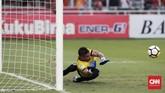 Andritany Ardhiyasa menangkis bola yang dilepaskan Fernando Rodriguez Ortega dari titik putih. (CNN Indonesia/Andry Novelino)