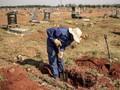 Pria Temukan Bayi Perempuan Saat Gali Kuburan Anak