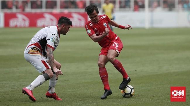 Rezaldi Hehanusa (kanan) kembali tampil menghuni posisi full back kiri Persija setelah sempat mengalami masalah pada tumit. (CNN Indonesia/Andry Novelino)
