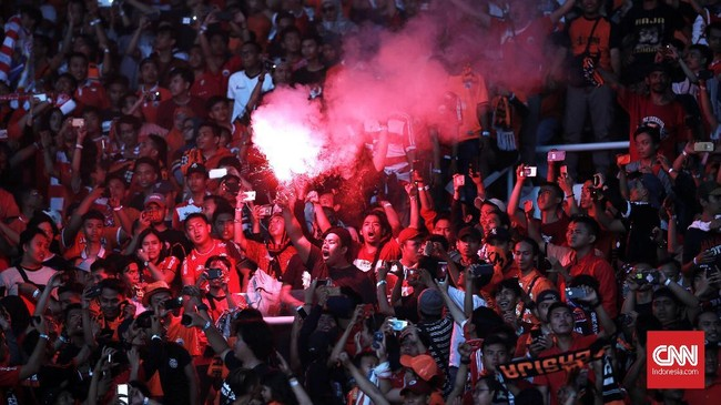 The Jakmania meluapkan kegembiraannya di dalam stadion maupundi jalan-jalan usai tim idolanya, Persija Jakarta, memastikan gelar juara Liga 1 2018. (CNN Indonesia/Andry Novelino)