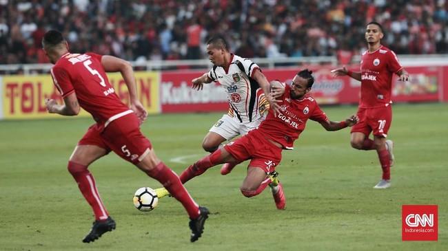 Rohit Chand berjibaku dalam duel di lini tengah. Selain berupaya memenangkan bola, pemain asal Nepal itu juga tercatat melepaskan tembakan yang nyaris berbuah gol. (CNN Indonesia/Andry Novelino)