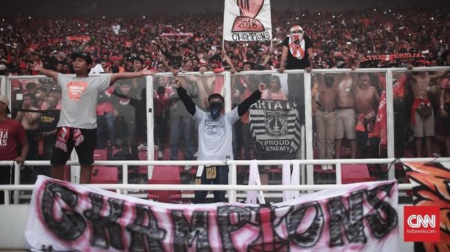 The Jakmania bersorak-sorai usai Persija Jakarta memastikan gelar juara Liga 1 2018 setelah mengalahkan Mitra Kukar 2-1 di Stadion Utama Gelora Bung Karno, Jakarta, Minggu (9/12).(CNN Indonesia/Andry Novelino)