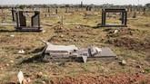 Mereka mempersiapkan kuburan tersebut untuk jenazah lain yang kehabisan tempat karena Afrika sedang mengalami masalah kekurangan lahan. (AFP Photo/Gianluigi Guercia)