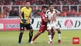 Pemain sayap Persija Jakarta Novri Setiawan juga sibuk bertahan karena Mitra Kukar juga beberapa kali mengancam gawang Andritany Ardhiyasa, salah satunya melalui Dedi Hartono. (CNN Indonesia/Andry Novelino)