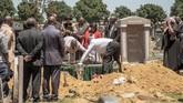 Akibatnya, sekitar 45 hingga 60 kuburan di Johannesburg harus dibongkar setiap pekannya. (AFP Photo/Gianluigi Guercia)