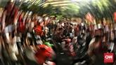 Setelah menyaksikan laga Persija Jakarta vs Mitra Kukar di SUGBK, perayaan dilanjutkan di jalan-jalan hingga menuju Bundaran HI, Jakarta Pusat. (CNN Indonesia/Hesti Rika)