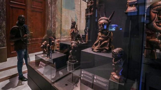 Namun perubahan ini pun memancing perdebatan, setelah beberapa artefak diklaim merupakan hasil curian. Menurut para aktivis, tindakan memajang artefak curian merupakan warisan kolonial. (REUTERS/Yves Herman)
