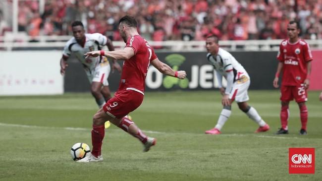 Marko Simic mengeksekusi penalti pada menit ke-17 yang menjadi gol pertama Persija ke gawang Mitra Kukar. (CNN Indonesia/Andry Novelino)