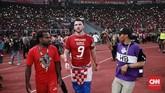 Septianus Alua dan Marko Simic merayakan gelar juara Liga 1 2018 dengan berjalan di area pinggir lapangan mendekati suporter. (CNN Indonesia/Andry Novelino)