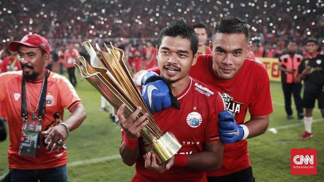 Andritany Ardhyasa merangkul pemain senior Persija Jakarta Bambang Pamungkas yang mengangkat trofi Liga 1 2018. (CNN Indonesia/Andry Novelino)