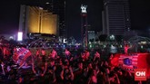 Sebagian The Jakmania rela menceburkan diri di kolam Bundaran HI untuk merayakan gelar ke-11 Persija Jakarta di pentas Liga Indonesia. (CNN Indonesia/Hesti Rika)