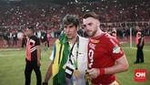 Stefano Cugurra dan Marko Simic berpose bersama setelah Persija Jakarta menjadi kampiun baru dari kompetisi Liga 1. (CNN Indonesia/Andry Novelino)