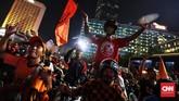 Sebagian besar pendukung Persija Jakarta meluapkan kebahagaiannya dengan melakukan iring-iringan ke kawasan Bundaran HI. (CNN Indonesia/Hesti Rika)