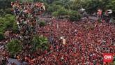 Kawasan Kompleks SUGBK menjadi lautan suporter Persija Jakarta, Minggu (9/12) (CNN Indonesia/Hesti Rika)