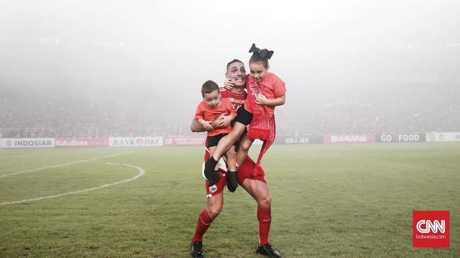 Jaimerson Xavier da Silva melakukan selebrasi bersama anak-anaknya usai memastikan Persija meraih gelar juara ke-11 dalam berbagai kompetisi kelas teratas di Indonesia. (CNN Indonesia/Andry Novelino)
