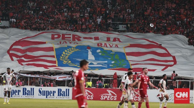 Pemain ke-12 Persija Jakarta juga turut memenuhi SUGBK. Tercatat 68.670 penonton menjadi saksi kemenangan Persija Jakarta atas Mitra Kukar. (CNN Indonesia/Andry Novelino)