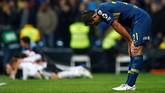 Bek Boca Juniors Carlos Izquierdoz tertunduk lesu usai Martinez mencetak gol ketiga untuk River. Total Boca Juniors sudah 11 kali tampil di partai puncak dengan enam di antaranya berhasil keluar sebagai juara. (REUTERS/Javier Barbancho)