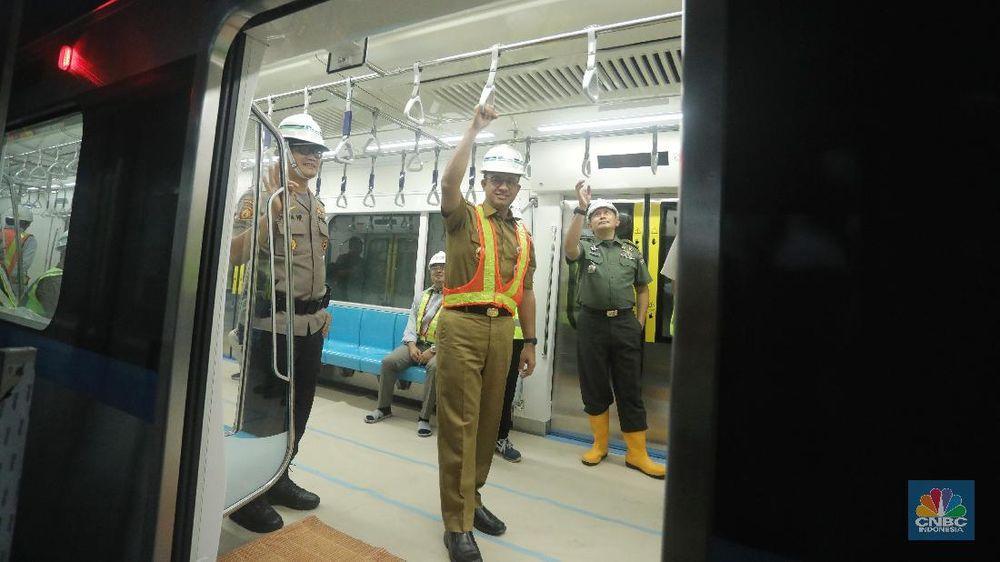 Gubernur DKI Jakarta Anies Baswedan meninjau kesiapan kereta MRT rute Bundaran Hotel Indonesia (HI)-Lebak Bulus. Anies juga akan mengumumkan nama untuk kereta MRT yang akan diluncurkan pada 2019. (CNBC Indonesia/Andrean Kristianto)