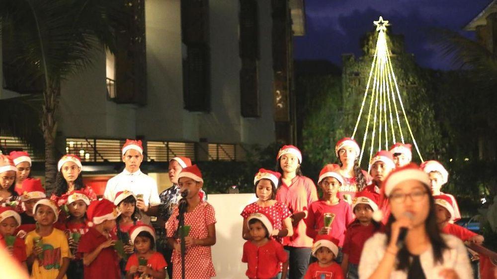 Dalam perayaan hari jadi ke-4 sekaligus untuk memulai liburan Natal dan Tahun Baru, The Trans Resort Bali menghiasi air terjun buatannya dengan lampu LED membentuk pohon natal. (Ist Trans Resort Bali)