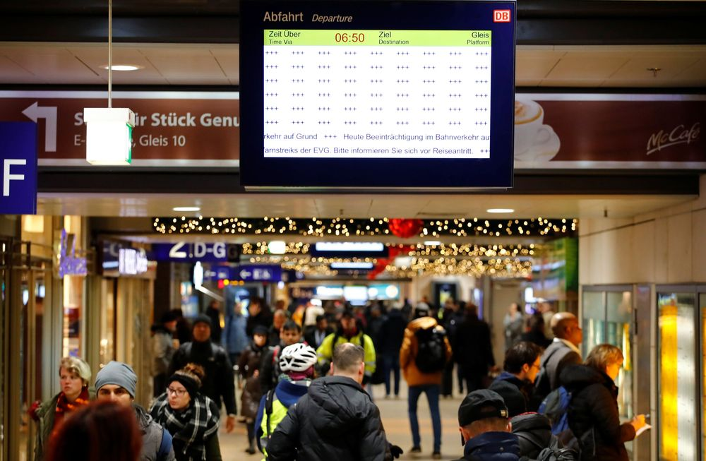Sebuah papan jadwal keberangkatan dari Deutsche Bahn kosong selama pemogokan pekerja kereta api, di Cologne, Jerman, Senin (10/12/2018). (REUTERS/Wolfgang Rattay)